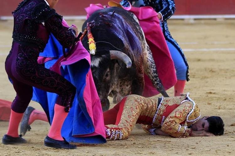 Víctor Barrio, en el suelo después de la mortal cornada. (Foto Prensa Libre: EFE).