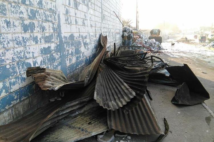 La emergencia fue reportada a los cuerpos de socorro a eso de las 20.30 horas 14 unidades de Bomberos Municipales y al menos ocho de los Bomberos Voluntarios unieron fuerzas