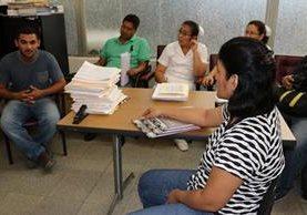 Nery Estuardo Menéndez Martínez, padre de la menor, -a la izquierda- expresa su inconformidad ante las autoridades del hospital. (Foto Prensa Libre: Mario Morales).