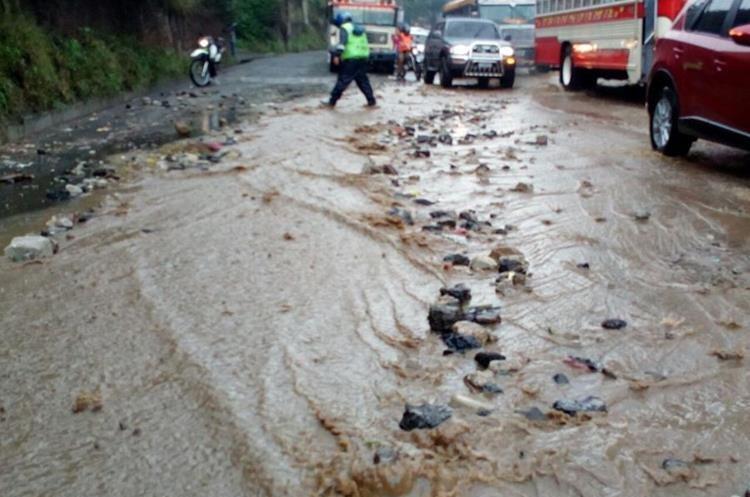 Correntada en km 15 ruta al Pacífico. (Foto Prensa Libre: @SantosDalia)