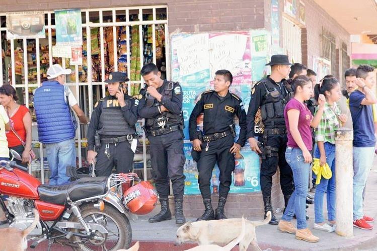 Agentes de la PNC patrullan una de las calles de Cuilapa, Santa Rosa, donde se han registrado disturbios. (Foto Prensa Libre: Oswaldo Cardona)
