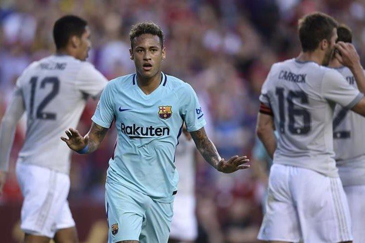 Neymar pide calma a los seguidores luego de anotar frente al Manchester City. (Foto Prensa Libre: AFP)