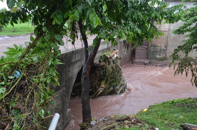 La lluvia y la basura provocaron que el río Chantiago se saliera de su cauce. (Foto Prensa Libre: Mario Morales)