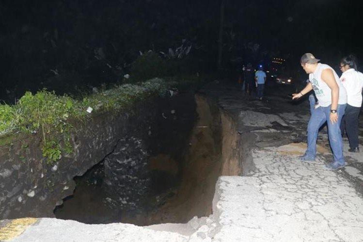 Lluvia hace colapsar carretera en el kilómetro 188 en ruta a suroccidente, el paso está imterrumpido. (Foto Prensa Libre: Rolando Miranda)