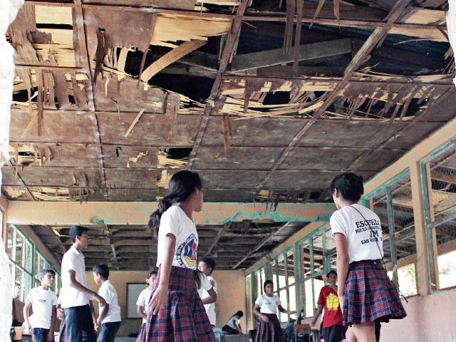 Ante la falta de opciones, estudiantes de la escuela del barrio Playa Blanca, San Benito, Petén, utilizan aulas deterioradas por falta de mantenimiento. (Foto Prensa Libre: Rigoberto Escobar)