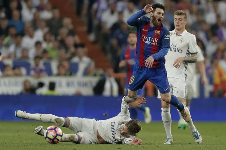 """Ramos aceptó que entró a destiempo en la jugada con Messi pero asegura que la roja fue """"exagerada"""". (Foto Prensa Libre: AP)"""
