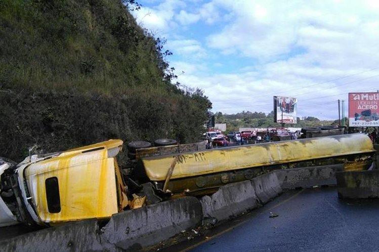 La cisterna bloquea los carriles en ambos sentidos y hay combustible derramado. (Foto Prensa Libre: Estuardo Paredes)