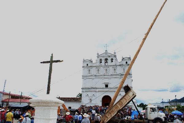 Vecinos colocan,  frente a la iglesia de Cubulco, el tallo que utilizarán en la Danza del Palo Volador.