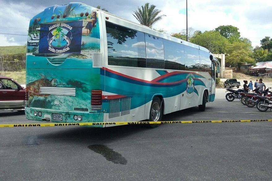 Autobús con irregularidad en placas de circulación es captado por internautas en la frontera entre Belice y Petén. (Foto Prensa Libre: Facebook)