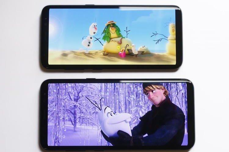 El Samsung Galaxy S8, arriba, y el S8 Plus durante exhibición el pasado lunes en Nueva York. (Foto Prensa Libre: AP / Mark Lennihan).