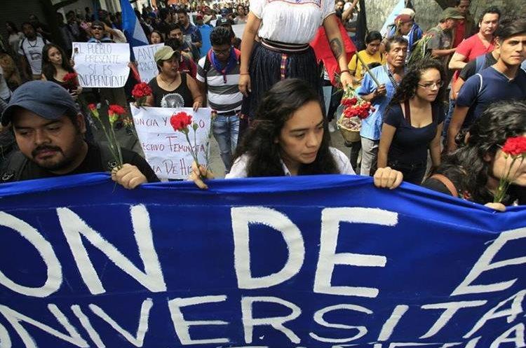 Estudiantes de la Universidad de San Carlos se manifiestan contra las decisiones del Gobierno y el Congreso (Foto Prensa Libre: Carlos Hernández)