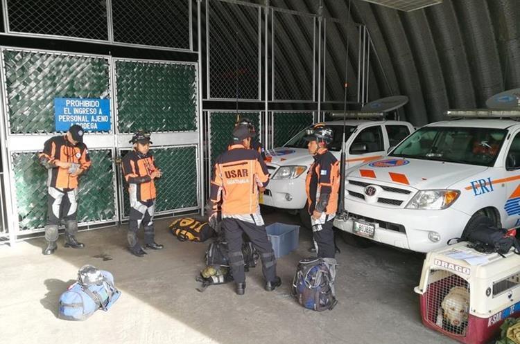 El grupo de rescate mientras preparaba su equipo antes de salir para México. (Foto Prensa Libre: Hemeroteca PL)