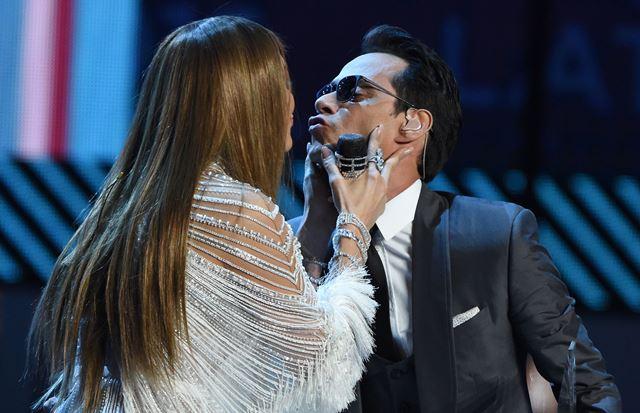 Momento en el que Jennifer López y Marc Anthony se besaron sobre el escenario. (Foto Prensa Libre: AFP).