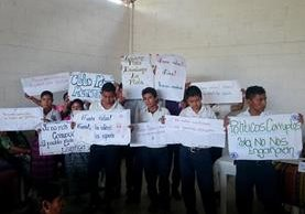 Estudiantes muestran carteles en los que se lee consignas contra el Gobierno, en Rabinal, Baja Verapaz. (Foto Prensa Libre: Carlos Grave)