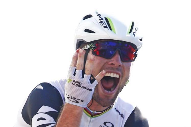 Cavendish señala con sus dedos su cuarta victoria en este Tour de Francia. (Foto Prensa Libre: AP)