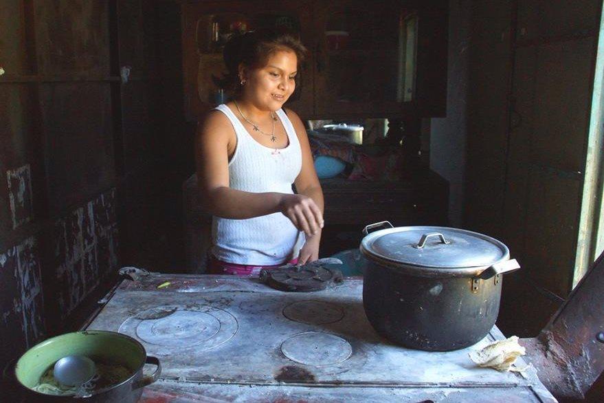 Valentina Rodas apoya en los oficios domésticos, pues no está inscrita en la escuela.(Foto Prensa Libre: Whitmer Barrera)