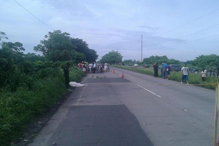 Lugar donde ocurrió la tragedia vial en Masagua, Escuintla. (Foto Prensa Libre: Enrique Paredes).