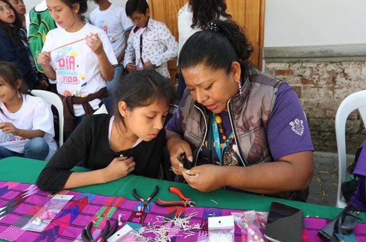 Niños participan en distintos talleres durante el festival