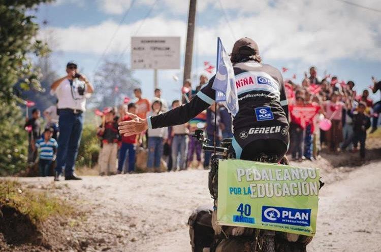 Momento en que Laurent Simon llega a San Pedro Carchá para llevar ayuda a tres escuelas. (Foto Prensa Libre: Eduardo Sam Chun)