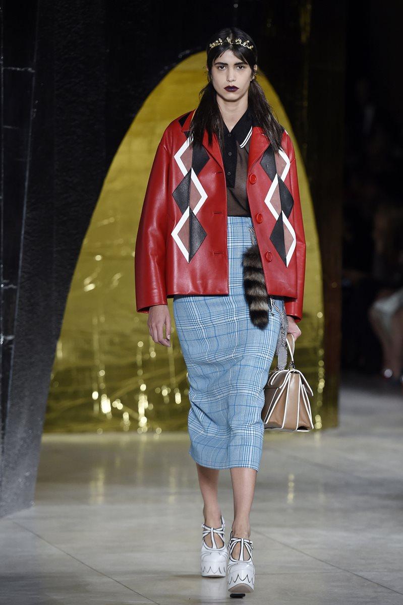 Miu Miu presentó prendas con siluetas de los años cuarenta, con abrigos de los sesenta. (Foto Prensa Libre: AFP).