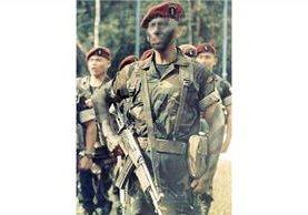 13/11/2004 La escuela kaibil en Poptún, Petén, imparte curso a oficiales del Ejército. (Foto: Hemeroteca PL)