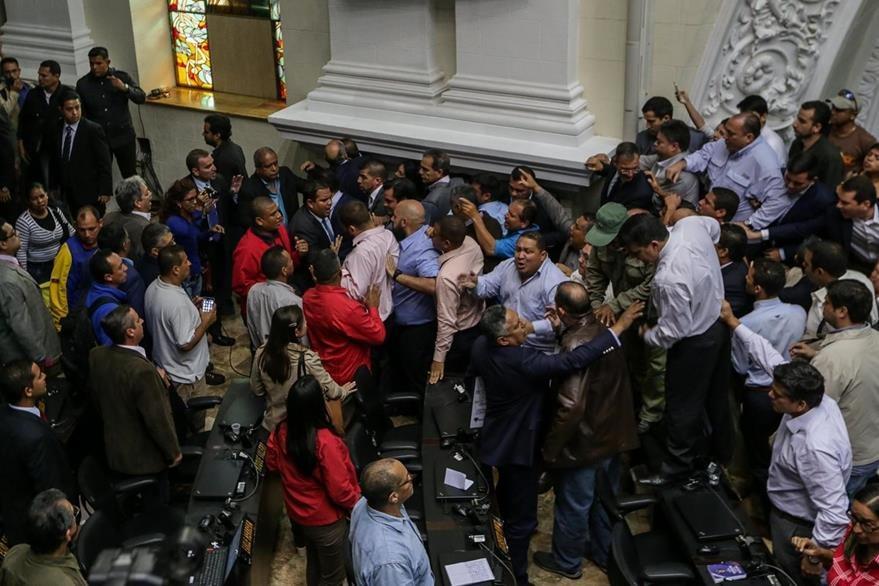 Un grupo de chavistas irrumpe la sesión del Parlamento venezolano. (Foto Prensa Libre: EFE)