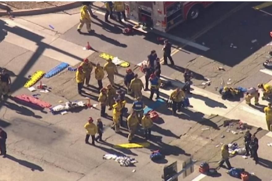 Los bomberos de San Bernardino intervienen en la escena de la balacera.