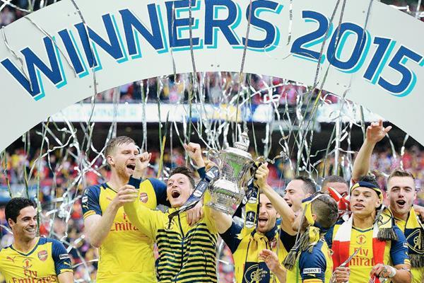 Los jugadores del Arsenal celebran con la Copa tras vencer en la final Aston Villa.  (Foto Prensa Libre: EFE)