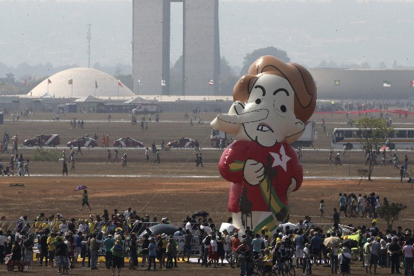 Un muñeco gigante que representa Dilma Rousseff durante la protesta.