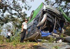 Bus accidentado en ruta al Atlántico. (Foto Prensa Libre: Cortesía Bomberos Voluntarios)