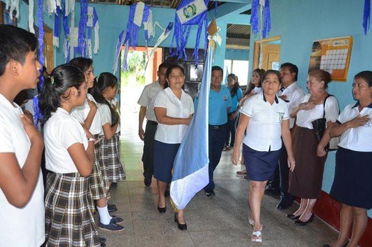 Estudiantes de diferentes centros educativos celebran el Día de la Bandera en las instalaciones de la supervisión educativa de El Asintal, Retalhuleu. (Foto Prensa Libre: Jorge Tizol)