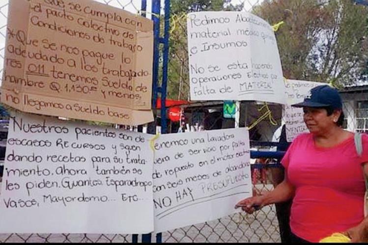 Salubristas del Hospital Regional de Huehuetenango cierran la consulta externa por falta de insumos y medicamentos. (Foto Prensa Libre: Mike Castillo)