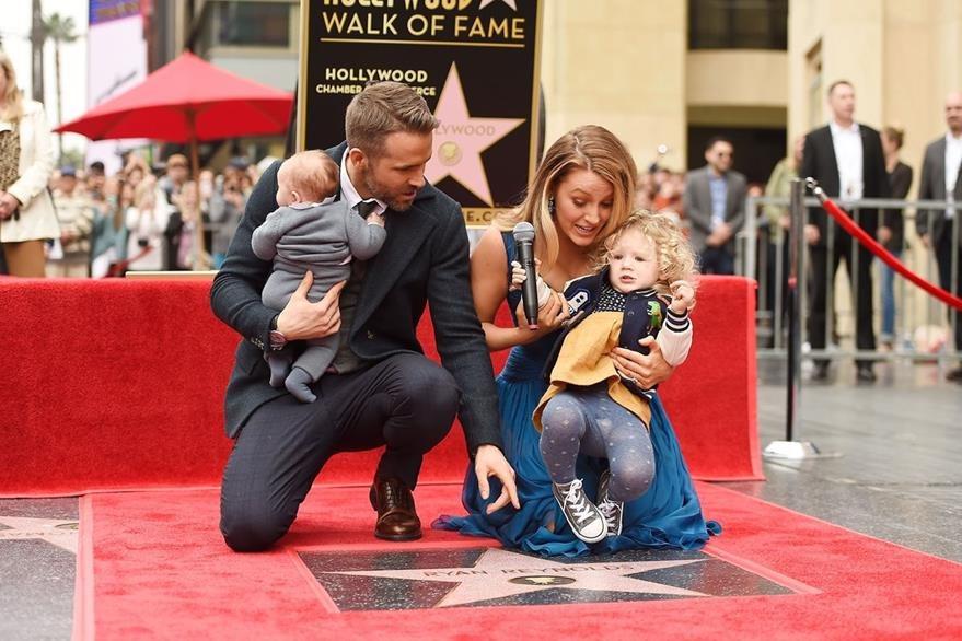 La estrella de Hollywood se hizo acompañar por su esposa Blake Lively y sus hijos. (Prensa Libre: AFP)