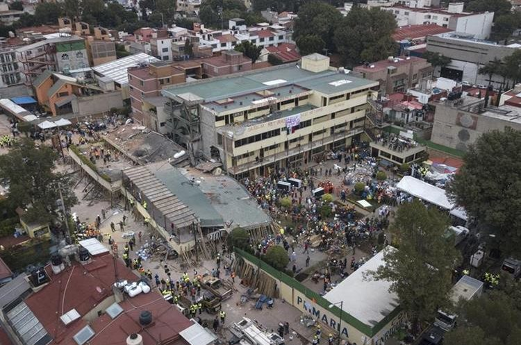 Continúan los trabajos de rescate en uno de los lugares más afectados por el terremoto en México de ayer en Colegio Rébsamen. (Foto Prensa Libre: AP)