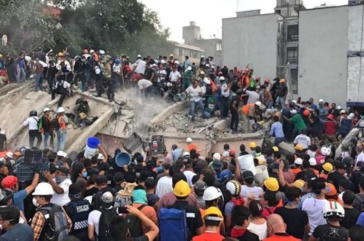 Particulares y cuerpos de socorro ayudan en la búsqueda de sobrevivientes y víctimas del terremoto.(Foto Prensa Libre: Agencias)