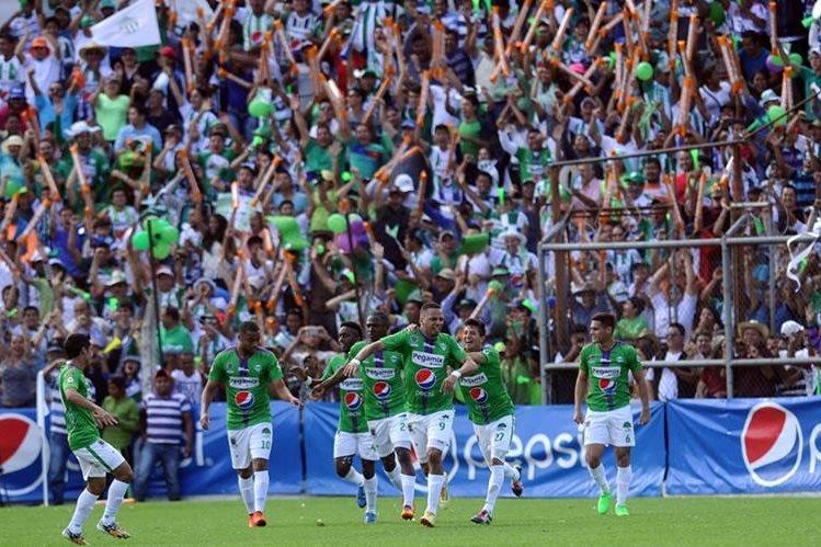 El equipo antigüeño logró su primer título de campeón nacional en el torneo Apertura 2015. (Foto Prensa Libre: Hemeroteca PL)