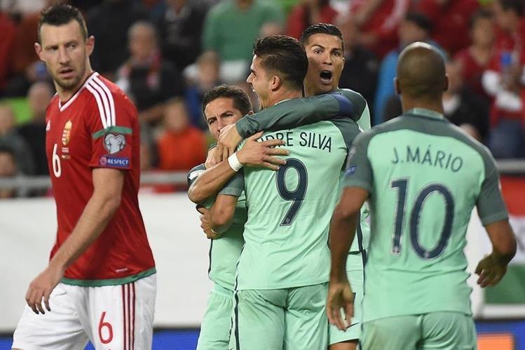 Cristiano Ronaldo abraza a André Silva luego de la anotación que dio el triunfo a Portugal. (Foto Prensa Libre: AP)