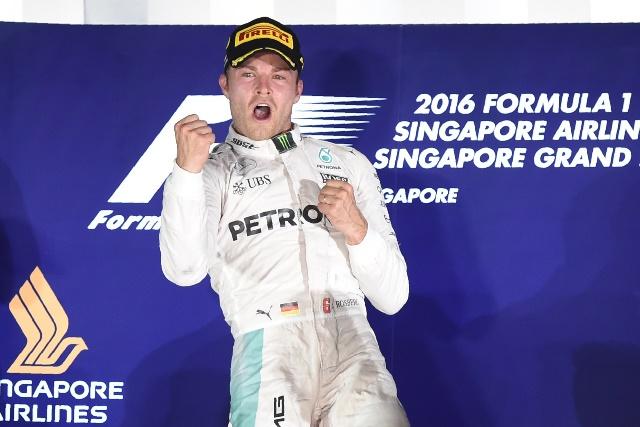 Nico Rosberg festeja después de ganar en el Gran Premio de Singapur. (Foto Prensa Libre: AFP).