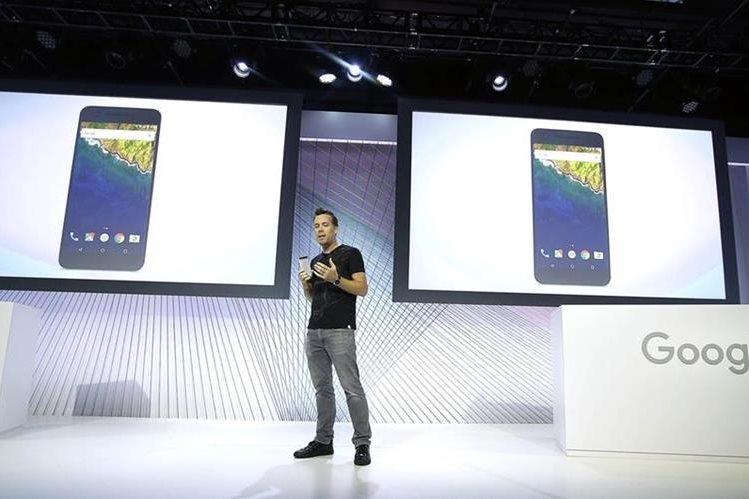 David Burke, vicepresidente de ingeniería de Google, habla sobre los nuevos teléfonos inteligentes. (Foto Prensa Libre: AP)