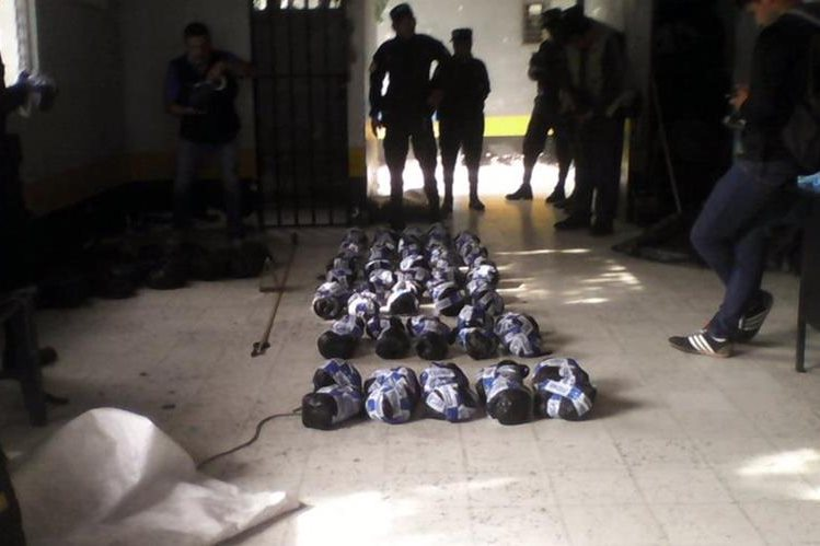 Agentes de la PNC colocan en el suelo las 90 libras de marihuana que decomisaron. (Foto Prensa Libre: Óscar Figueroa)
