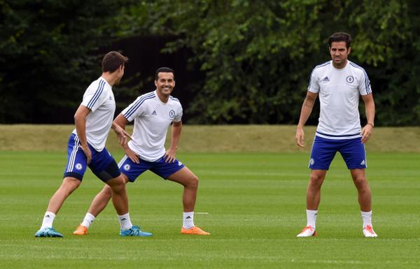Pedro junto a Fábregas y Azpilicueta durante su primer entrenamiento con el Chelsea. (Foto Prensa Libre: Twitter Chelsea)