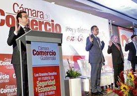 El presidente Jimmy Morales hizo que los empresarios se pusieran de pie e hicieran la jura a la bandera nacional. (Foto Prensa Libre: Presidencia)