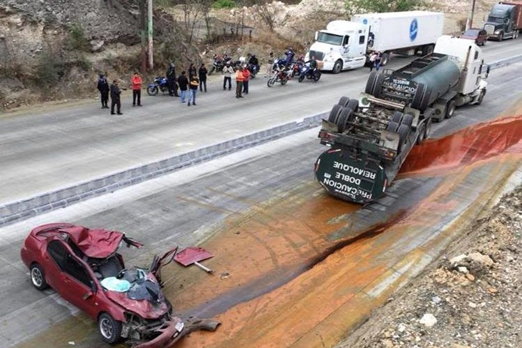 El tráiler halaba dos remolques y por el exceso de velocidad volcó sobre los dos vehículos. (Foto Prensa Libre: Cortesía)