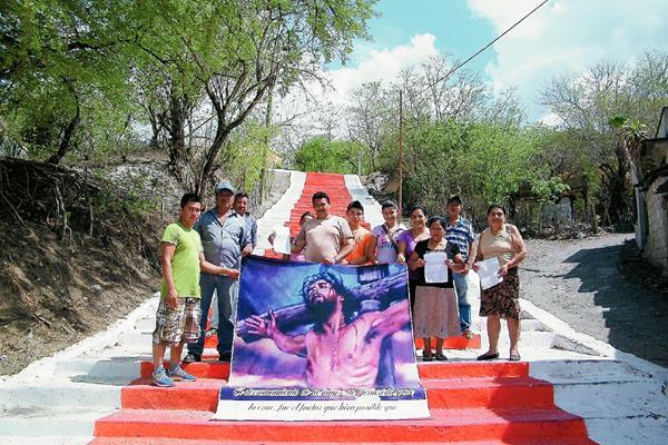 Vecinos del barrio San Sebastián, en San Agustín Acasaguastlán, El Progreso aseguran que pintaron el graderío de la iglesia. (Foto Prensa Libre: Héctor Contreras)