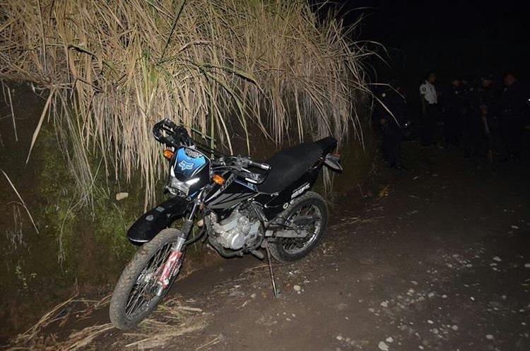 Motocicleta con la que los presuntos asaltantes perseguían a sus víctimas, según los pobladores. (Foto Prensa Libre: Enrique Paredes).