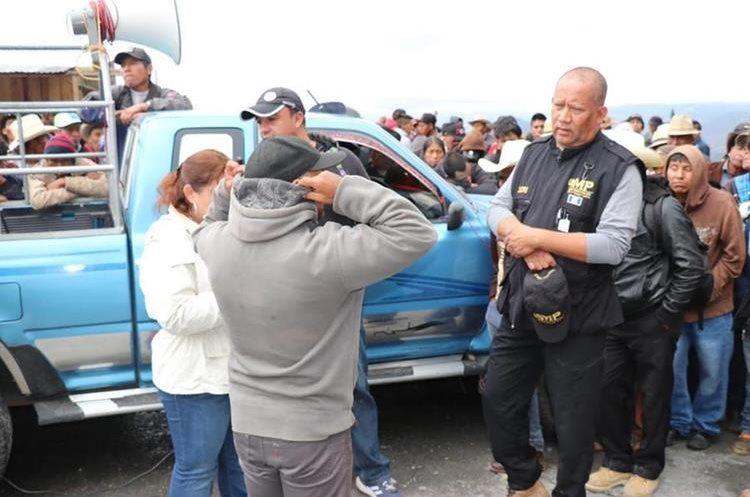 Trabajadores del MP fueron retenidos en el bloqueo del Km 288 ruta 7W. (Foto Prensa Libre: Héctor Cordero)
