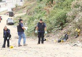 Agentes del MP documentan y embalan los 17 paquetes con restos humanos, en San Pedro Ayampuc. (Foto Prensa Libre: Érick Avila)