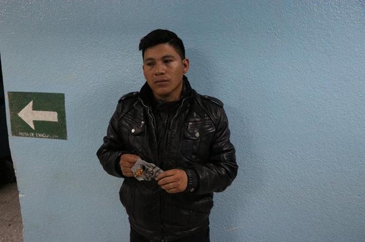 Byron Felipe Paxtor, padre del menor, comentó que estaban comiendo cuando escucharon una explosión afuera de la vivienda. (Foto Prensa Libre: María José Longo)