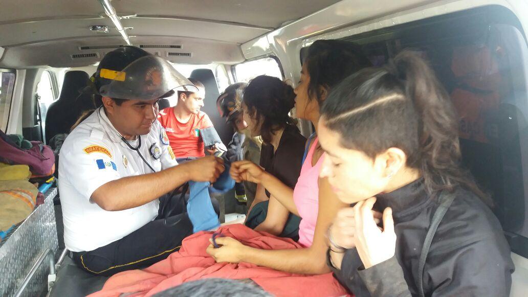 Turistas que permanecieron extraviados son examinados por socorristas en Antigua Guatemala. (Foto Prensa Libre: Renato Melgar)