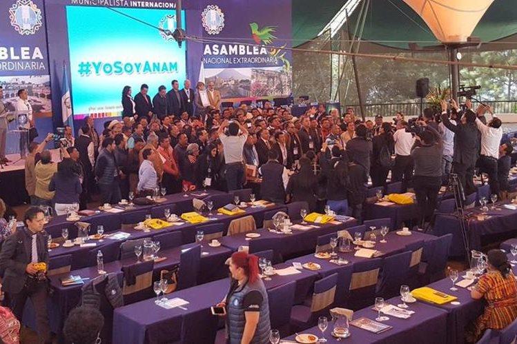 Alcaldes se juntan para salir en la foto con el presidente Jimmy Morales al cierre de la asamblea de ANAM. (Foto: Geovanni Contreras)